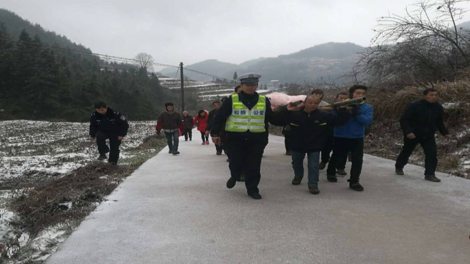松桃:凝冻天孕妇临产  众民警担架护送