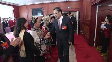 孙志刚谌贻琴亲切看望贵州代表团妇女代表