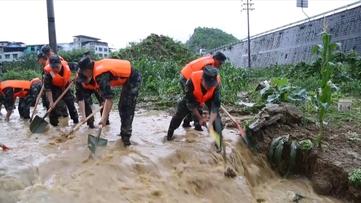 解放军 武警部队投入抗洪救援 群众生产生活恢复正常