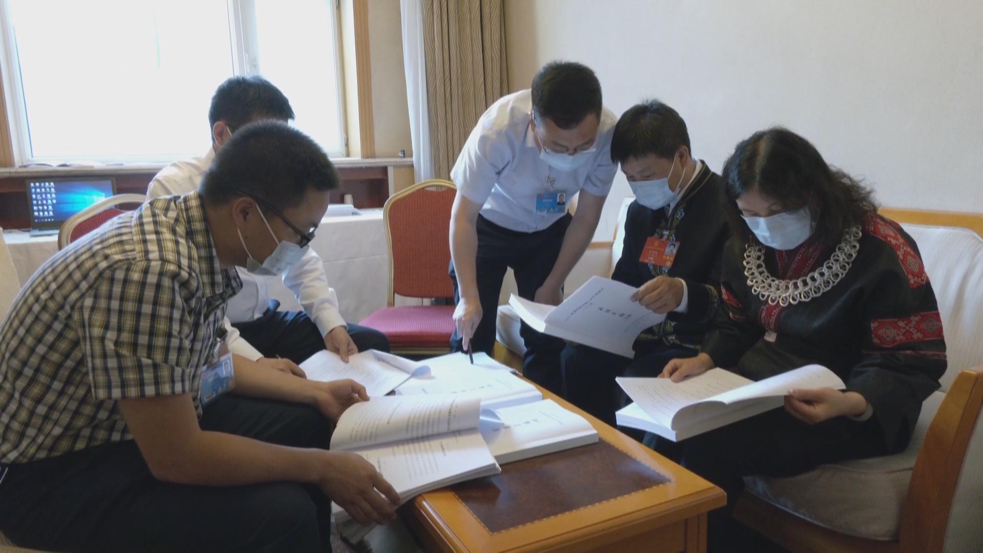 贵州代表团向大会提交议案17件 建议244件