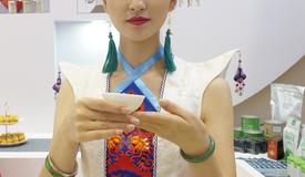 这个美丽的姑娘说:贵州茶,我想邀请全世界来喝