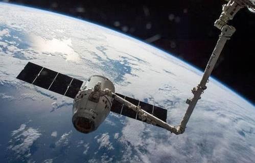 SpaceX龙飞船载两名宇航员返回地球 45年来首次溅落海上