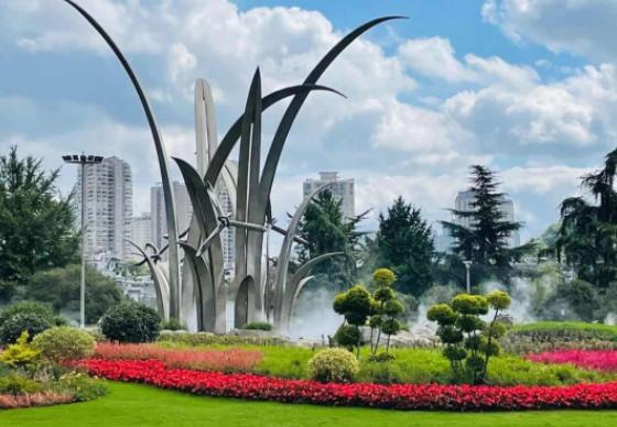 贵阳大南门环岛的兰花雕塑升级改造完成,长这样