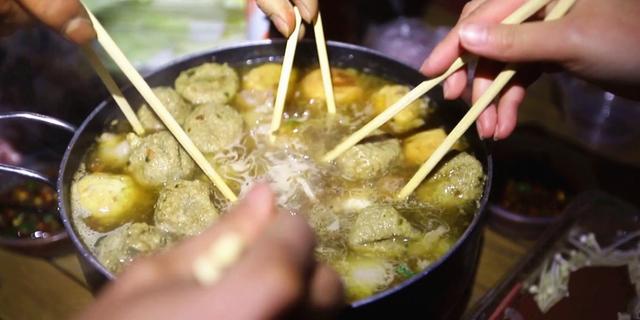 逛吃贵州丨大学时代,寝室里煤油炉煮火锅,是我们这一代人的青春记忆